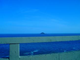 porque seu coração é uma ilha a centenas de milhas daqui
