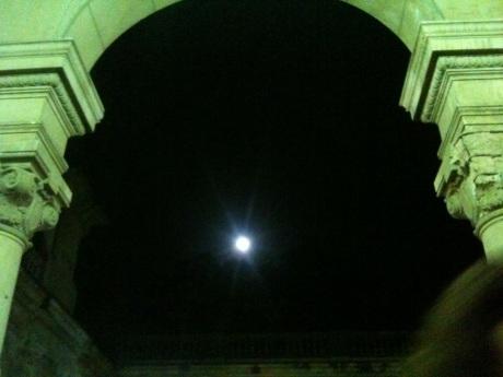 Branca, branca, branca, branca A minha, nossa voz atua sendo silêncio Meu canto não tem nada a ver com a lua