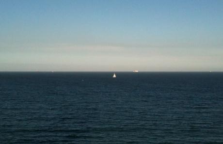 dia de luz festa de sol e o barquinho a navegar no macio azul do mar. tudo é verão, o amor se faz, num barquinho coração que desliza na canção